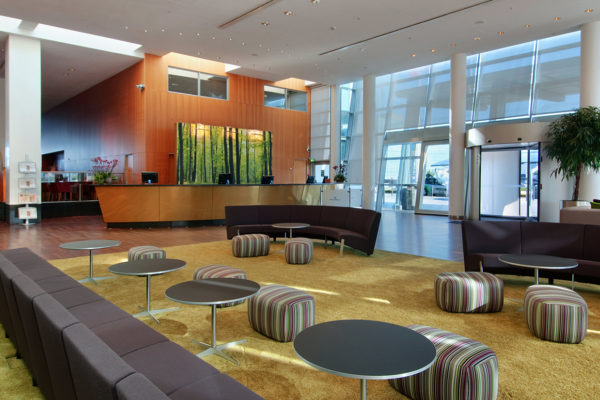 Hand Tuft area rugs made by Dansk Wilton ensure an extra luxury feeling when you walk in to Hilton Copenhagen Airport Hotel