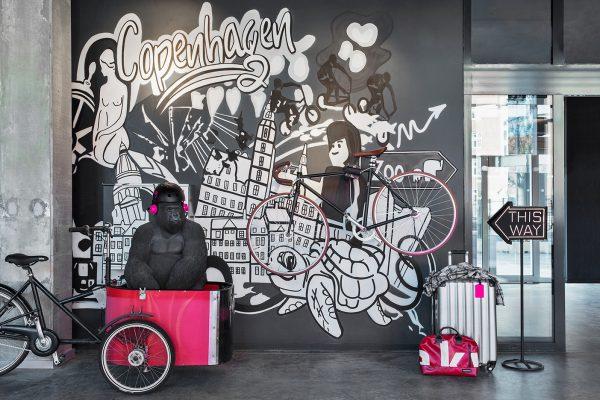 MOXY Copenhagen lobby Gorilla - Dansk Wilton